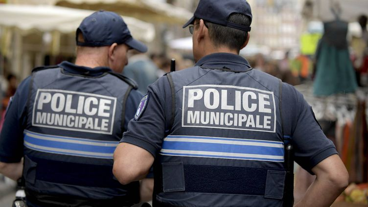 Des policiers municipaux patrouillentdans les rues de Rennes (Ille-et-Vilaine), le 29 juin 2016, lors de la grande braderie. (MAXPPP)