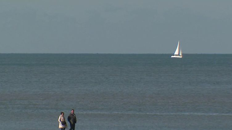 Lundi 25 octobre est le premier lundi des vacances de la Toussaint, et de nombreux Français ont décidé de se rendre près des côtés pour profiter de l'air frais de la mer et du beau temps. De quoi en profiter et avoir envie de s'évader. (CAPTURE ECRAN FRANCE 2)