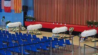 Les cercueils de quatre des victimes de la collision entre un car scolaire et un train à Millas (Pyrénées-Orientales), le 20 décembre 2017 à Saint-Feliu d'Avall. (RAYMOND ROIG / AFP)