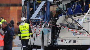 Les enquêteurs devant la car scolaire éventré à Rochefort (Charente-Maritime) après une collision avecun poids-lourd le 11 février 2016  (XAVIER LEOTY / AFP)