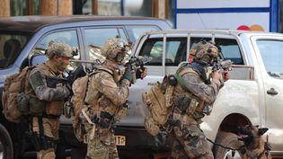 Des forces spéciales françaises, le 16 janvier 2016 à Ouagadougou (Burkina Faso), lors de l'assaut mené contre des terroristes. (OUOBA_AHMED / AFP)