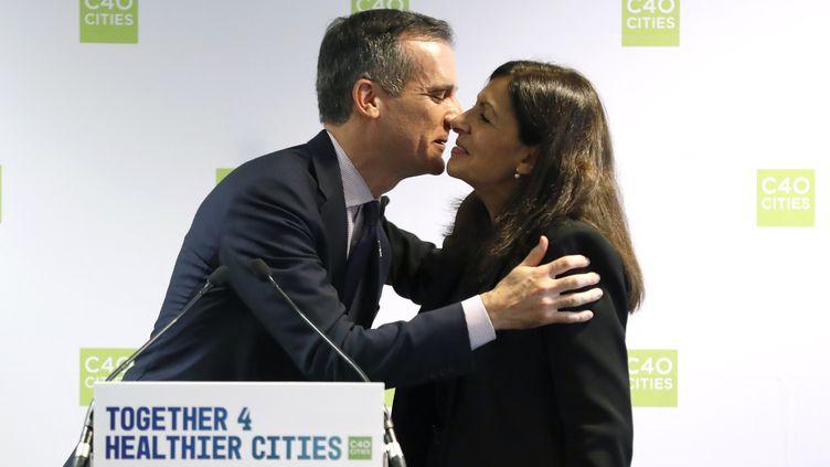 Eric Garcetti, maire de Los Angeles, et Anne Hidalgo, maire de Paris, ont signé unaccord de coopération pour l'environnement notamment, lundi 23 octobre 2017. (PATRICK KOVARIK / AFP)