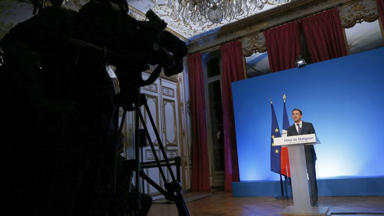 Le Premier ministre, Manuel Valls, face à la caméra, le 13 décembre 2015 à Paris, au soir du second tour des élections régionales. (THOMAS SAMSON / AFP)