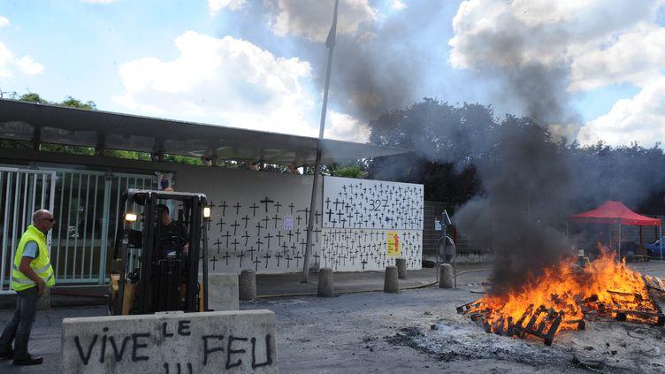 Un piquet de grève devant une usine de la Seita le 29 mai 2014 à Carquefou (Loire-Atlantique). (JEAN-FRANCOIS MONIER / AFP)