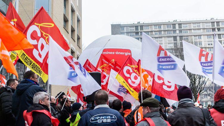 CGT, FO et CFDT réunis lors d'un rassemblement des salariés d'EDF, àLevallois Perret (Hauts-de-Seine), le 18 février 2016. (MAXPPP)