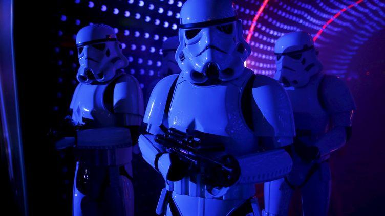 """Des stormtroopers le 17 décembre 2015 à Disneyland Paris, lors d'un événement avant la sortie du film """"Star Wars : le réveil de la force"""". (BENOIT TESSIER / REUTERS)"""