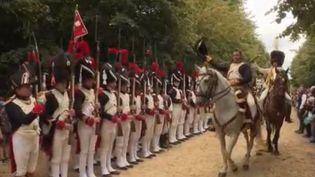 À l'occasion du bicentenaire de la mort de Napoléon, le château de Versailles dans le département des Yvelines organise la plus grande reconstitution historique d'époque, le samedi 11 et dimanche 12 septembre. (FRANCE 2)