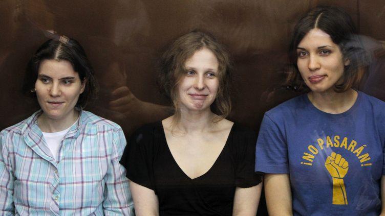 Les punkettes du groupe Pussy Riot attendent le verdict au tribunal de Moscou, vendredi 17 août. (MAXIM SHEMETOV / REUTERS)