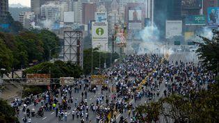 Des affrontements ont eu lieu entre lesmanifestants anti-Maduro et forces de l'ordre à Caracas (Venezuela), le 20 avril 2017. (FEDERICO PARRA / AFP)