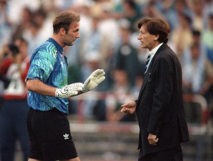 Raymond Goethals s'entretient avec Fabien Barthez, avant le début de la finale 1993 face au Milan AC. (PATRICK HERTZOG / AFP)
