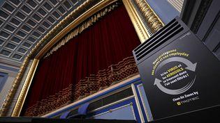 Un purificateur d'air dans la salle principale du cinéma l'Odyssée, à Strasbourg (11 mai 2021) (FREDERICK FLORIN / AFP)