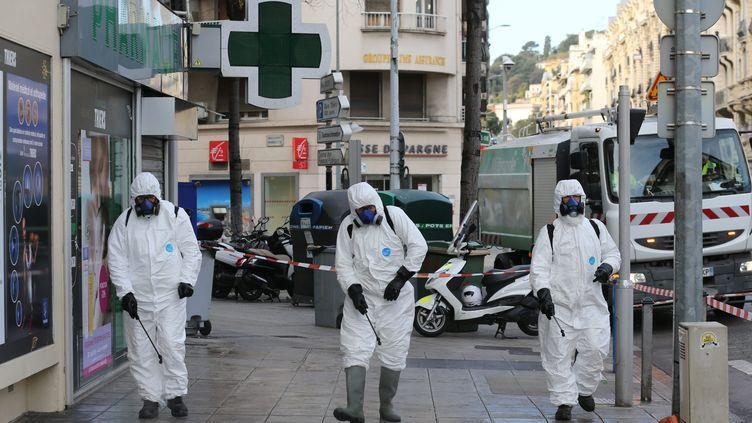 Des agents de service de la ville de Nice (Alpes-Maritime) nettoient les rues en pulvérisant du désinfectant, le 26 mars 2020. (CYRIL DODERGNY / MAXPPP)
