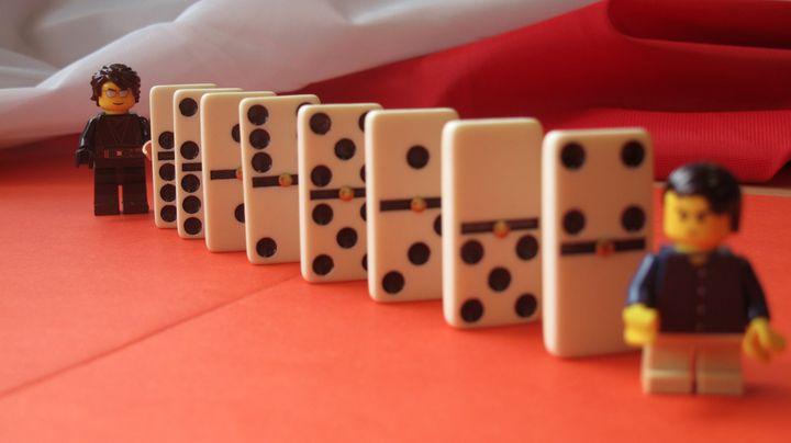 Plusieurs personnages pourraient être touchés par l'affaire Tapie, par effet domino. ( EMMA DEFAUD / FRANCETV INFO)