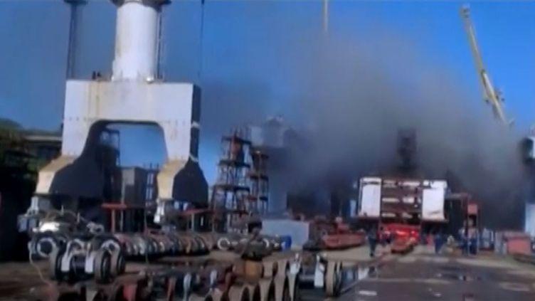 Capture d'écran d'une vidéo montrant l'incendie d'un sous-marin nucléaire russe en réparations sur un chantier naval du port de Bolchoï Kamen (Russie), le 16 septembre 2013. (REUTERS / FRANCETV INFO)