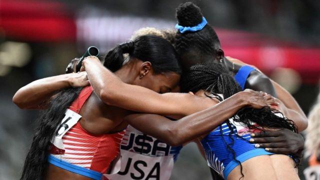 Les Américaines terminent largement devant la Pologne et la Jamaïque lors du relais 4x400 m. Allyson Felix remporte sa 11e médaille, la 7e en or et dépasse Carl Lewis.