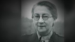 En 1940, pendant l'occupation nazie, le musée du Jeu de Paume, à Paris, sert d'entrepôt pour les œuvres d'art volées, destinées à être transférées en Allemagne. Une employée dresse discrètement leur liste pour pouvoir un jour les restituer aux familles spoliées. Il s'agit de Rose Valland. (FRANCE 2)