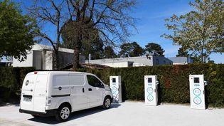 Des bornes de rechargement pour voitures électriques installées par EDF etDreev sur le parking de la société Hotravail en Gironde. (EDF)