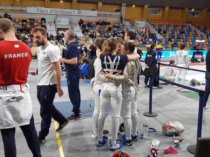 Les championnes du monde de sabre 2018 unies dans les moments plus compliqués. (Fabrice Rigobert Radio France)