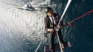 "Alex Thomson survolant en kitesurf son ""Hugo Boss"", lors d'un spot de promotion. (AlexThomsonRacing)"