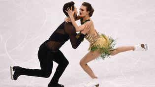 Gabriella Papadakis et Guillaume Cizeron, lors d'une danse courte aux Jeux olympiques de Pyeongchang (Corée du Sud), le 19 février 2018 (ARIS MESSINIS / AFP)