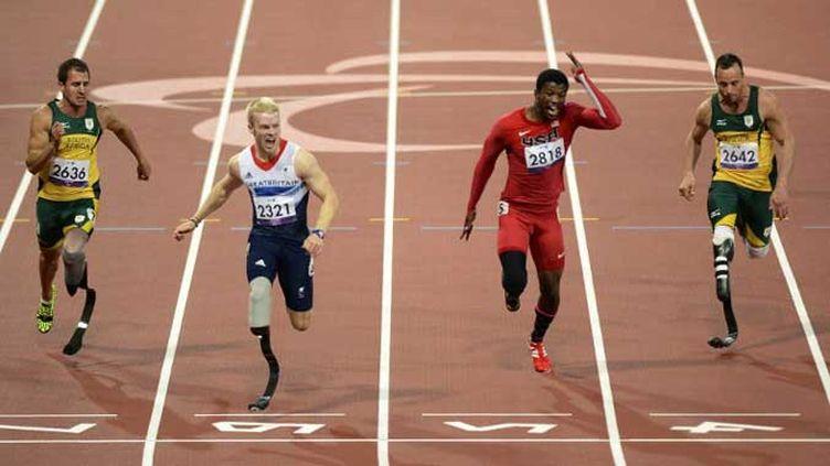 Le jeune Britannique Jonnie Peacock remporte le 100 m (T44). Pistorius finit 4e.