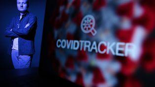 L'ingénieurGuillaume Rozier, qui a notamment créé le site CovidTracker, en février 2021. (JOEL SAGET / AFP)