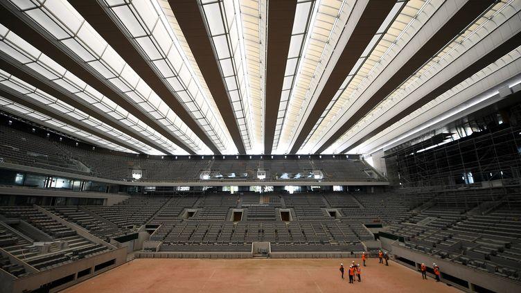Le nouveau toit du court Philippe-Chatrier a été inauguré en mai dernier.   (FRANCK FIFE / AFP)