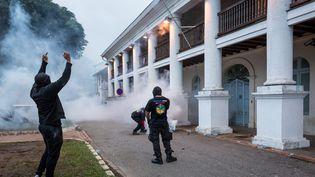 Une manifestation devant la prefecture de Cayenne (Guyane) a dégénéré vendredi 7 avril. (JODY AMIET / AFP)