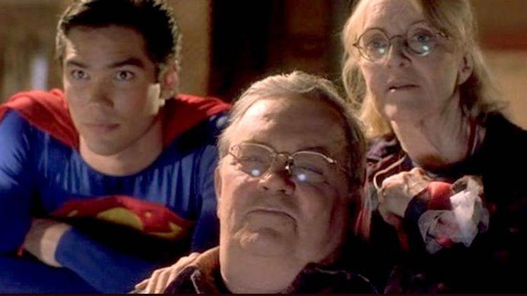 """Les comédiens Eddie Jones et Dean Cain, dans la série """"Loïs et Clark"""". (WARNER BROS)"""