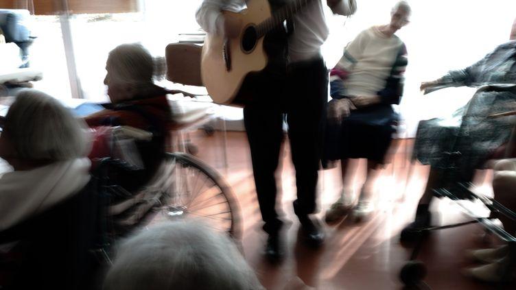 Un musicien se produit devant des patients atteints de la maladie d'Alzheimer (illustration). (FRED DUFOUR / AFP)