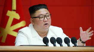 Le leader de la Corée du Nord Kim Jong-un lors d'unesession plénière du Parti des travailleurs à Pyongyang, le 19 août 2020, sur uneimage publiée par l'agence officielle nord-coréenne. (KCNA VIA KNS / AFP)