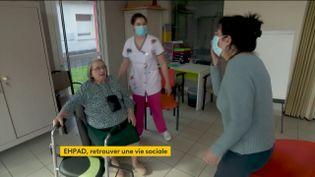 Les résidents des Ehpad peuvent revoir leur famille sans rendez-vous et sans plexiglas. (FRANCEINFO)