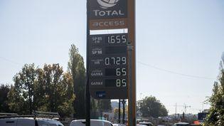 Une station d'essence affiche les prix du carburant à Paris (Ile-de-France) le 16 octobre 2021. (MAGALI COHEN / HANS LUCAS)