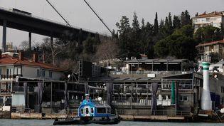 Un garde-côtes patrouille sur le Bosphore, près du Reina, au lendemain de l'attaque qui a eu lieu dans cette discothèque d'Istanbul dans la nuit du samedi 31 décembre 2016 au dimanche 1er janvier 2017. (UMIT BEKTAS / REUTERS)