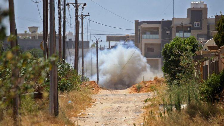 Explosion contrôlée d'une mine dans un quartier de Tripoli le 15 juin 2020. Des démineurs turcs sont venus participer à la destruction des engins explosifs laissés par les combattants. (MAHMUD TURKIA / AFP)