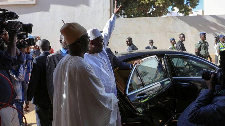 Le président gambien Adama Barrow vient de prêter serment à l'ambassade de Gambie, à Dakar, au Sénégal, le 19 janvier 2017. (REUTERS)
