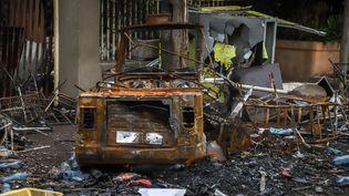 Un véhicule et un bâtiment incendiés lors d'une manifestation le 12 juillet 2020 à Shashamene en Ethiopie, suite à l'assassinat du chanteurHachalu Hundessa. (- / AFP)
