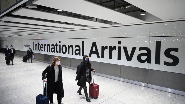 Des passagers à l'aéroport de Londres Heathrowen Grande-Bretagne, le 15 janvier 2021. Photo d'illustration. (DANIEL LEAL-OLIVAS / AFP)