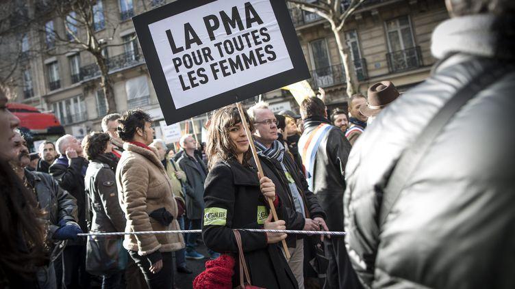 """27 janvier 2013. Dans la foule de manifestants pour le mariage homosexuel, une jeune femme porte une pancarte où il est écrit """"La PMA pour toutes les femmes"""". (XAVIER DE TORRES / MAXPPP)"""
