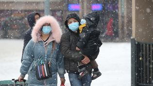 Des habitants de Pékin protégés d'un masque en pleine épidémie de Coronavirus, le 6 février 2020 dans la capitale chinoise. (KOKI KATAOKA / YOMIURI / AFP)
