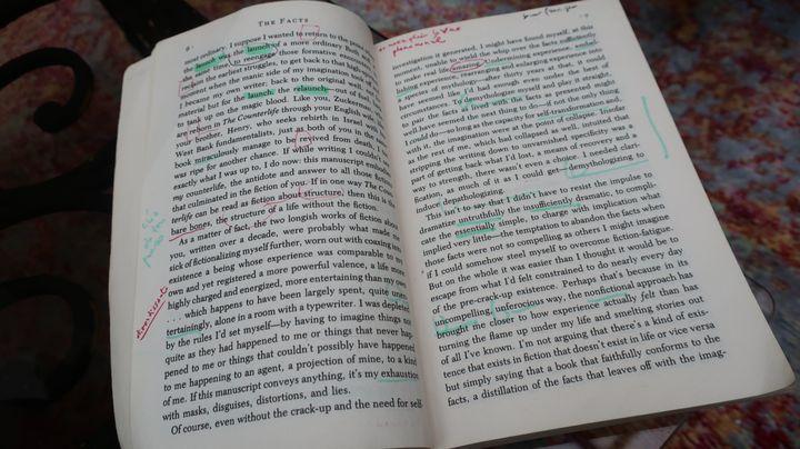 """Version originale du livre de Philip Roth, """"Les Faits"""", sur laquelle a travaillé la traductrice Josée Kamoun (Laurence Houot / FRANCEINFO Culture)"""