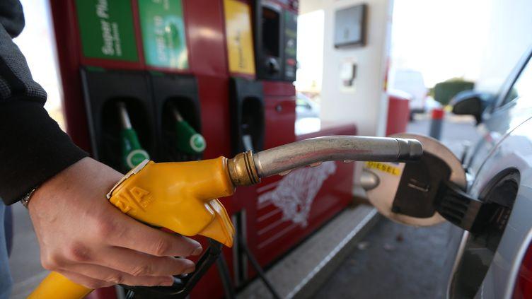 Illustration de la hausse du carburant dans une station-service d'Antibes. (SEBASTIEN BOTELLA / MAXPPP)