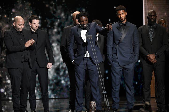 """Le réalisateur Ladj Ly lors de son allocution après l'annonce du César du meilleur film pour """"Les Misérables"""". De gauche à droite : les producteurs Toufik Ayadi et Christophe Barral, le réalisateur Ladj Ly et l'acteur Djebril Zonga.. (BERTRAND GUAY / AFP)"""