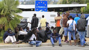Des migrants à Vintimille (Italie), le 12 juin 2015. (JEAN-CHRISTOPHE MAGNENET / AFP)