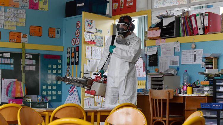 Un agent de la ville de Calais nettoie une classe avec un thermonébulisateur, le 29 avril 2020. (MAXPPP)