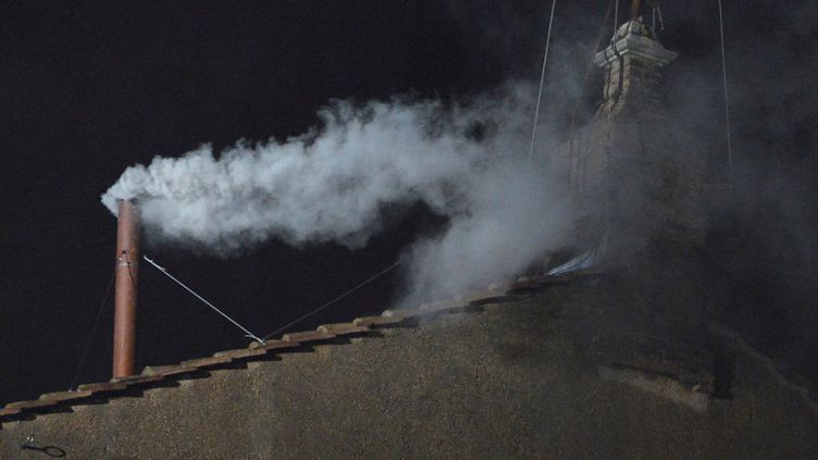 La fumée blanche s'échappe de la chapelle Sixtine (Vatican), mercredi 13 mars. (ALBERTO PIZZOLI / AFP)