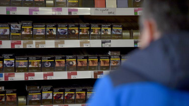 Un homme dans un bureau de tabac, en septembre 2016. Photo d'illustration. (LOIC VENANCE / AFP)