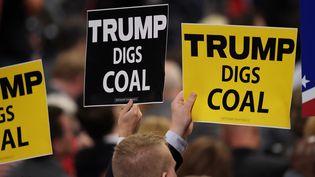"""Des pancartes """"Trump Digs Coal"""" (""""Trumpdéterre le charbon"""") lors de la convention républicaine, le 19 juillet 2016 dans l'Ohio. (JEFF SWENSEN / GETTY IMAGES NORTH AMERICA / AFP)"""