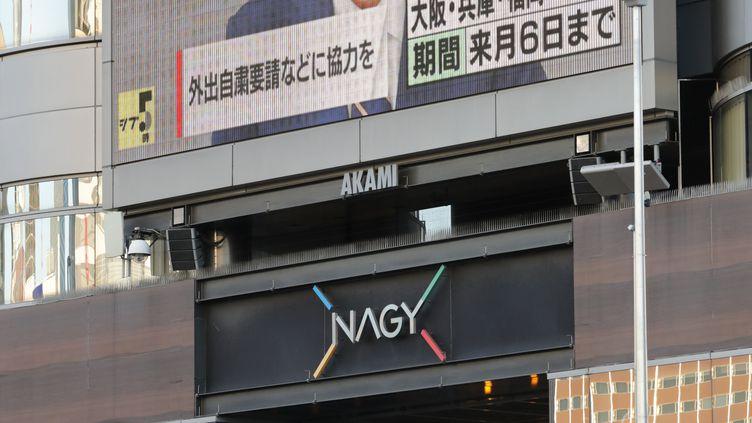 Le Premier ministre japonais, Shinzo Abe, prononce son allocution retransmise sur écran géant dans les rues de Tokyo, le 7avril 2020.  (TOSHIKAZU SATO / YOMIURI)