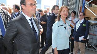 François Hollande et la ministre de l'Ecologie Ségolène Royal visitent l'Institut national pour l'énergie solaire (INES), le 20 août 2015 au Bourget-du-Lac (Savoie). (JEAN-PIERRE CLATOT / AFP)